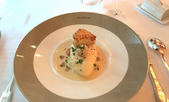 Quenelle of pike with crayfish and Normande sauce
