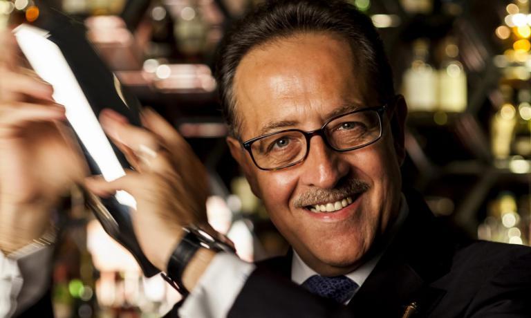 E' una specie di star del mondo dei cocktail.Parliamo di (e con)Salvatore Calabrese, partito dalla gavetta negli alberghi della Costiera Amalfitana, per arrivarea Londra per diventare uno dei più quotati bartender internazionali