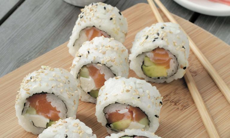 """Il California Maki è una sorta di preparazione """"fusion"""": una variazione del maki sushi giapponese, nata negli Stati Uniti e poi esportata in Giappone"""