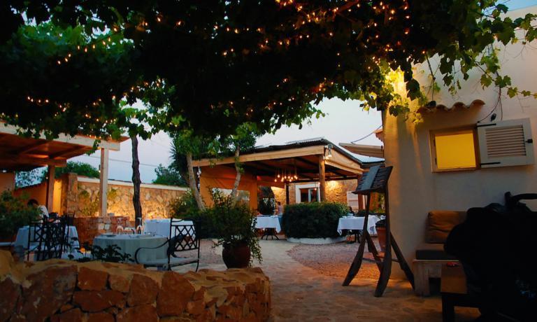 Il patio di Can Dani di Formentera, dall'autunno scorso primo ristorante ad aver ottenuto una stella Michelin di tutto l'arcipelago delle Baleari in Spagna. Il ristorante del patron Dani Serra e della cuoca Ana Jimenez ha un legame speciale con i fratelli Costardi del ristorante Christian e Manuel di Vercelli