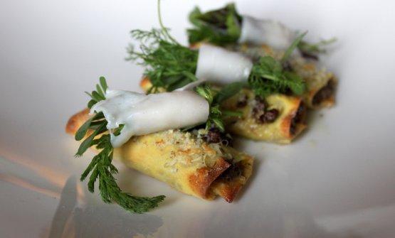 """Cannelloni con ragù bianco di Wagyū e """"bouquet garni"""" di erbe selvatiche avvolte nel lardo di maiale nero"""