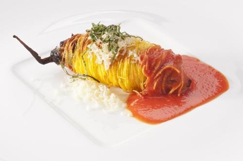 Il Cannolo di melanzana con capelli d'angelo Felicetti, un grande classico di Pino Cuttaia (foto Brambilla/Serrani)