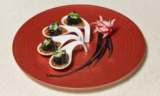 Shao-Mai nero di capasanta al cucchiaio, salsa di funghi Xing Bao Gu, zenzero e pepe nero (foto di Daniele Mari)