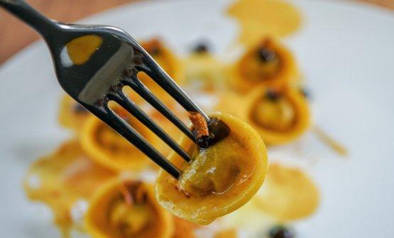 Cappelletti ripieni di ragù conditi con spuma di patate, prezzemolo e aglio