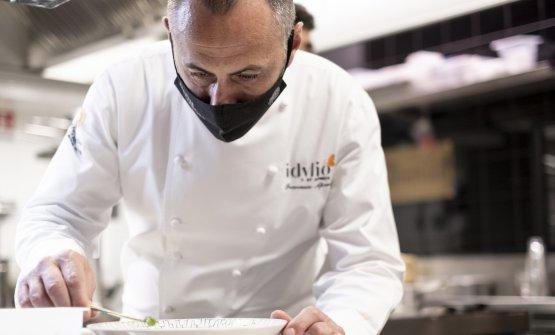 Francesco Apreda al lavoro nella cucina di Idylio,