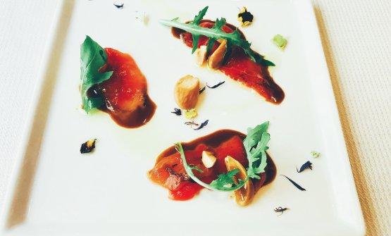 Carpaccio d'anguria, salsa tamari, aceto balsamico, mandorle tostate, rucola. Le foto dei piatti sono di Lucio Elio