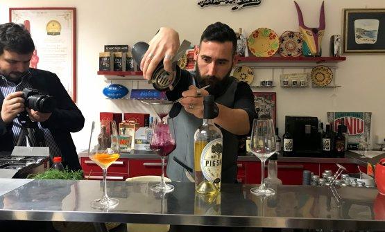 Andrea Lai prepara i cocktail con i distillati della Silvio Carta
