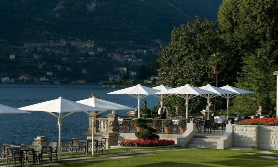 Il ristorante principale del Mandarin Lago di Como vanta una terrazza che si affaccia sul lago di Como