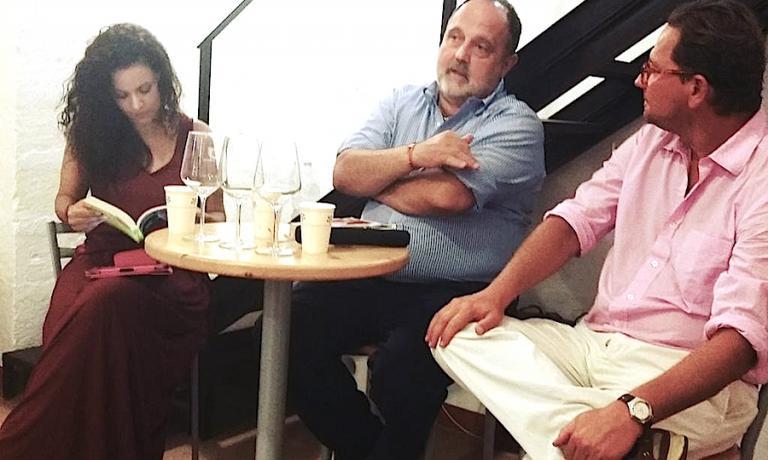 Paolo Marchi nella foresteria della cantina Castel di Salve in località Depressa a Tricase in provincia di Lecce: a destra il padrone di casa Francesco Winspeare e a sinistra la giornalista Ilaria Lia