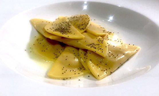 Casunziei all'ampezzana al burro di malga aromatizzato con semi di papavero e salvia