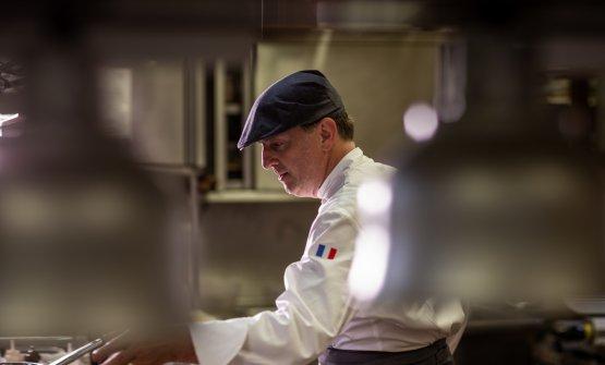 Marc Lanterial lavoro incucina a Grinzane Cavour. Sulla sua divisa, la bandiera francese, lui ènato a Tenda (le foto che non si riferiscono ai piatti sono di Alessandro Moggi)