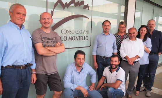 Il consiglio di amministrazione del Consorzio: il presidente Ugo Zamperoni è il quinto da destra, in piedi