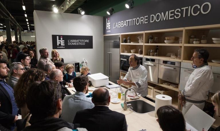 Grande successo di pubblico per le presentazioni dell'abbattitore domestico LIFE di Coldline Living. In particolare con la presenza dello chef di SenigalliaMoreno Cedroni allo stand