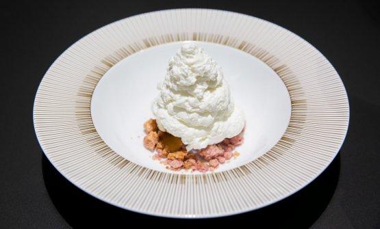 Bernina: ricotta ovina soffiata, gelato al ginepro, caramello salato e crumble ai frutti di bosco, di Alessandro Negrini e Fabio Pisani