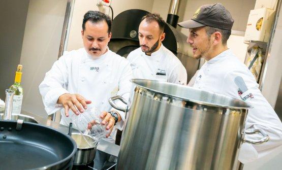 Alessandro Della Tommasina con Alessandro Rinaldi e Alessio Sebastiani, rispettivamente resident chef e sous chef di Identità Milano