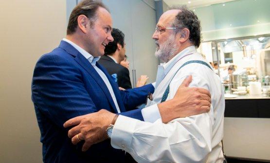 Il saluto tra Matteo Lunelli e Paolo Marchi