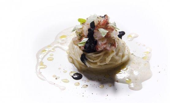 Spaghettino freddo con aglio, olio, peperoncino, salsa di zottoli e gambero rosso al lime