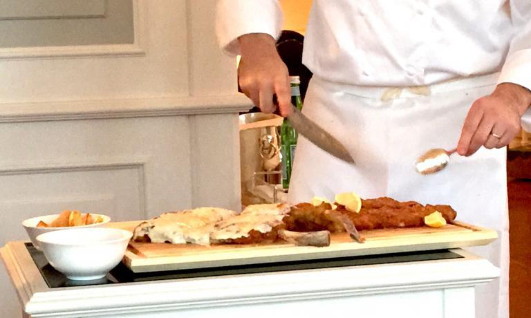 Un momento del servizio della cotoletta Orecchia d'elefante alla milanese sabato 19 novembre da Vittorio, il ristorante tre stelle Michelin della famiglia Cerea a Brusaporto in provincia di Bergamo. Le mani sono quelle di Chicco Cerea