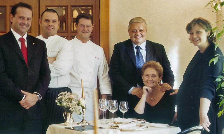 LA STORIA. Una foto storica: l'intera famiglia Cerea(manca solo Barbara) stretta attorno aVittorio