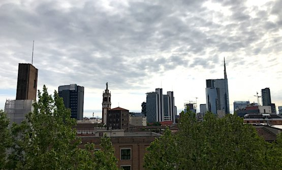 Lo skyline di Milano dalla terrazza del Ceresio7, un grande spazio all'aperto rivolto a est, dalla zona Sarpi-Monumentale verso Melchiorre Gioia