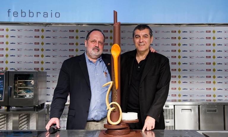 Paolo Marchi e Claudio Ceroni insieme sul palco dell'ultima edizione del congresso di Identit� Golose, con la dolce scultura preparata da Gianluca Fusto per celebrarne il decimo compleanno