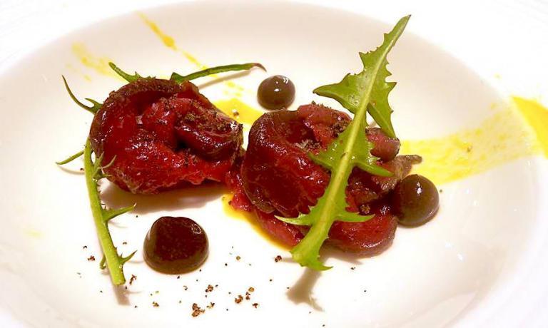 Cervo marinato con erbe di bosco, cicoria spontanea, crumble di caffè e nocciola