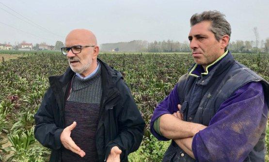 Cesare Bellò, a sinistra, con un produttore di radicchio