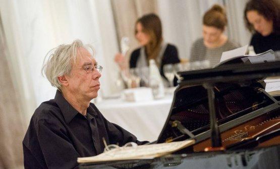 Il maestro Fabio Soragna durante l'esecuzione dei brani al pianoforte