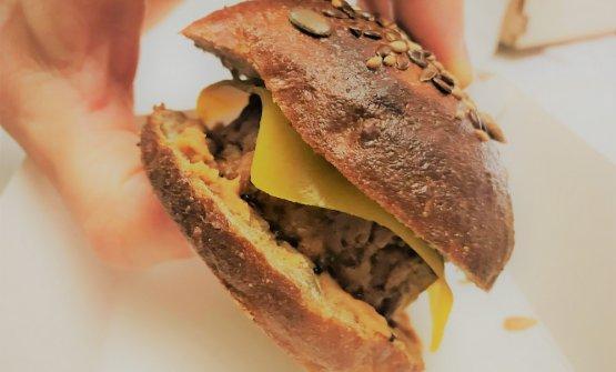 """Cheese'nt Burger: è ispirato al classico cheeseburger, ma il cheese non è cheese. Panino ai semi, pulled pork, maionese di fagiolo rosso, e """"cheese"""""""