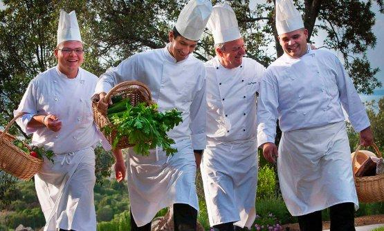 LuigiBergeretto (secondo da destra) coi suoi ragazzi di cucina
