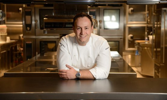 Lo chef Simone Perata nella sua cucina
