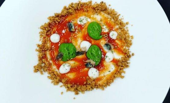 La nostra pizza Margherita: confettura di pomodoro e cipolla pantesca, crema di mozzarella di bufala e sale Maldon, gelato al basilico, crumble agli agrumi e sarda fresca candita, origano e cioccolato bianco al parmigiano