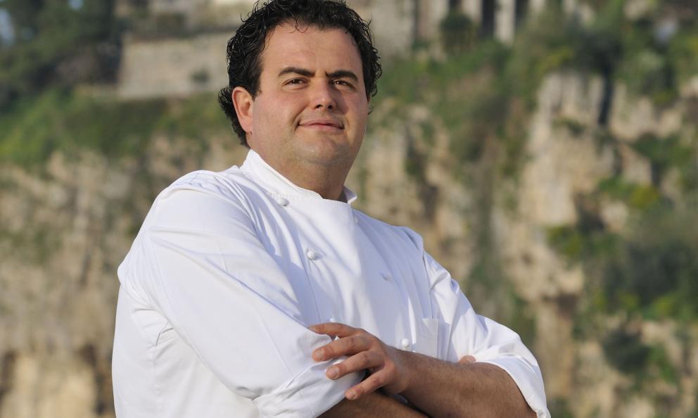 Classe 1970, Gennaro Esposito è lo chef della Torre del Saracino a Seiano, Vico Equense (Napoli), 2 stelle Michelin. Dal 2014 è anche il timone di Mammà sull'isola di Capri, 1 stella Michelin. Dal 2001 il cuoco organizza Festa a Vico, rassegna estiva che porta in Penisola Sorrentina tutti i più grandi colleghi d'Italia