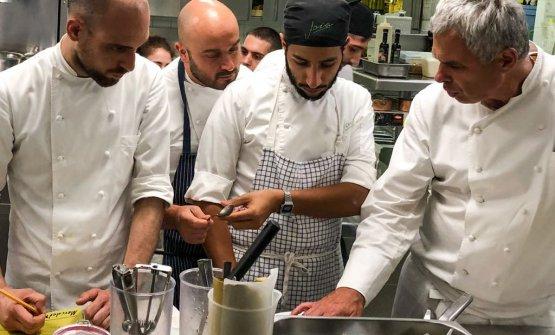 Pietro Leemann, sulla destra, con il suo staff al Joia, un mix di culture. Da sinistraRaffaele Minghini (sous chef, dopo unaparentesi londinese, segue la filosofia di Kitchen Zero Waste),Sauro Ricci (executive chef, segue la dottrina macrobiotica),Nabil Bakouss (sous chef, prende spunti dalla cucina del Maghreb)