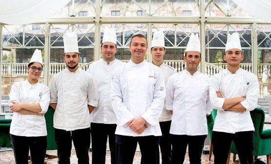 Il nuovo chef Vincenzo Martella con la brigata del