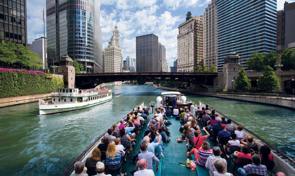"""Uno dei modi migliori per conoscere la """"città del vento""""?Con l'Architectural Boat Tour: in 90 minuti vi raccontanno passato, presente e futuro di ognuno dei grattacieli a bordo fiume (fotoChicago Architecture Foundation)"""