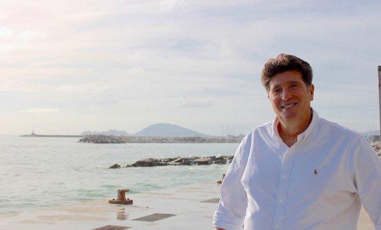 """Stefano Chinappi davanti al mare della """"sua"""" Formia"""