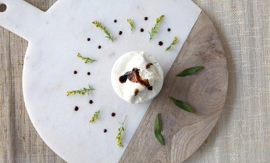 Due gelati di Stefano Guizzetti: sopra la Crema di latte aromatizzata con salsa di soia cruda giapponese e sotto il Sorbetto alla fragola