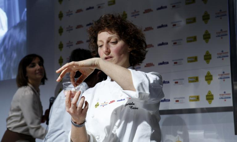 """Daniela Cicioni, a Identità Naturali 2015. Il tema di allora fu:""""Il tempo che trasforma: fermenti, funghi e alghe"""". La cuoca veganacomasca tornerà anche quest'anno"""