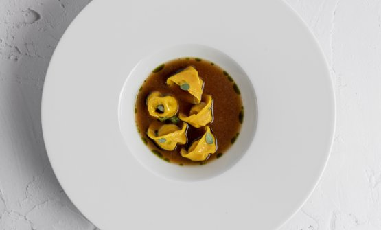 Tortello di capra in brodo di vitello e patate, uno dei piatti presentati da Sarah Cicolini