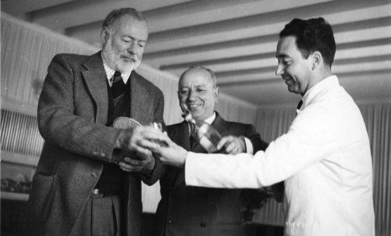 Giuseppe Cipriani, al centro, conErnest Hemingway, a sinistra