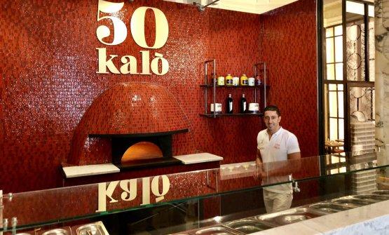 Ciro Salvo accanto al forno della nuovissima sede londinese della sua pizzeria 50 Kalò. I mattoni rossi sono un richiamo diretto all'estetica della sede napoletana