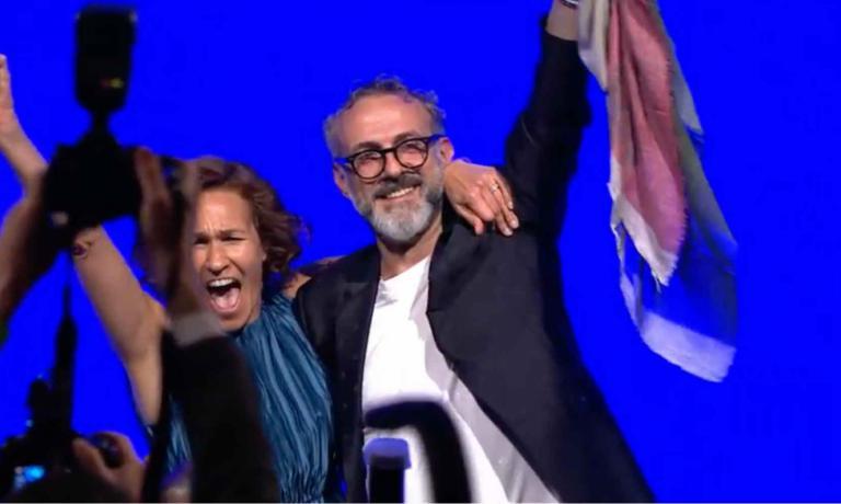 Massimo Bottura festeggia con la moglie Lara Gilmore sul palco di New York: è il primo chef al mondo