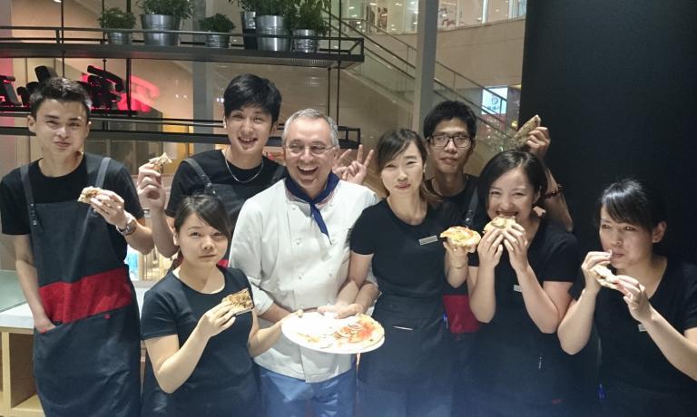 Grande festa cinese per il partenopeo Enzo Coccia, un vero ambasciatore della pizza nel mondo. La Fissler, azienda tedesca che produce stoviglie di altissimo livello, lo ha chiamato per due suoi locali in Cina. Dove Coccia ha portato tutta la sua sapienza...e ovviamente anche un paio di fidati collaboratori che hanno formato il personale locale�