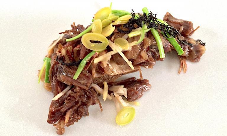 La straordinaria e fresca coda di bue con una salsa di soia invecchiata trent'anni firmata nella sua casa-ristorante da Lee Jong Kuk