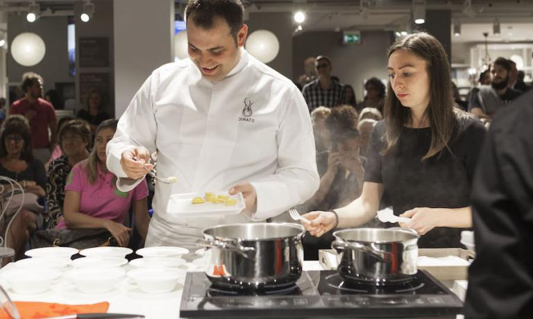 Nicola Dinato mentre prepare il suo raviolo di riso, piselli e rana pescatrice