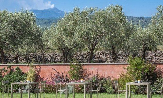 Le Dodici Fontane diVilla Neri con l'Etna sullo sfondo