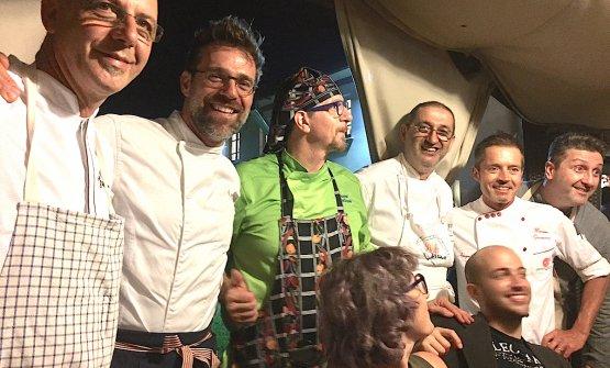 Foto ricordo per chi ha cucinato a Contaminazioni di pizza il 31 luglio 2017 all'Apogeo di Pietrasanta in Versilia. Da sinistra verso destra, i maestri pizzaioli Franco Pepe, Renato Bosco, Giovanni Santarpia, Graziano Monogrammi, il padrone di casa Massimo Giovannini e infine Paolo Pannacci. Sotto, al centro, Tania Mauri e Paolo Vizzari