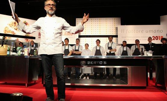 Massimo Bottura sul palco di Identità Golose