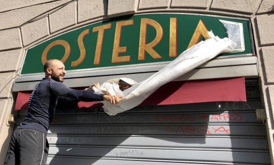 Diego Rossi scopre l'insegna di Osteria alla C
